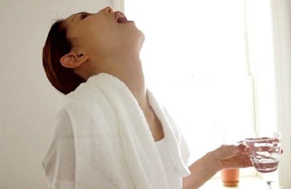 Полоскание горла водно-перекисным раствором поможет при ОРЗ И ОРВИ